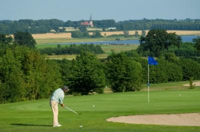 Der Golfclub Segeberg auf Gut Wensin liegt nur 5 km entfernt.