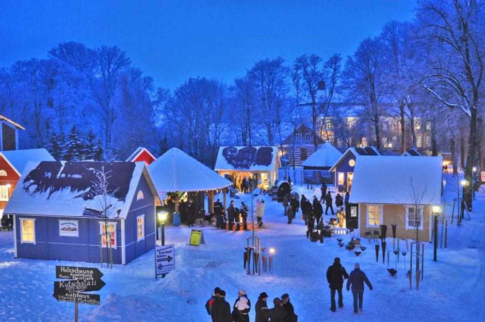 Pronstorfer Weihnacht: Hüttendorf in Abendstimmung
