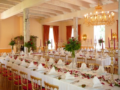 Gut Pronstorf bietet in jeder Hinsicht immer etwas Außergewöhnliches: Festlich eingedeckter Saal im ehemaligen Kutschstall