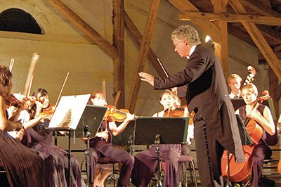Dirigent vor seinem Orchester