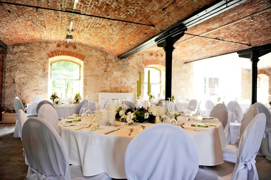 Gedeckter Hochzeitstisch in rustikalem Saal auf Rittergut Lucklum-Allodien