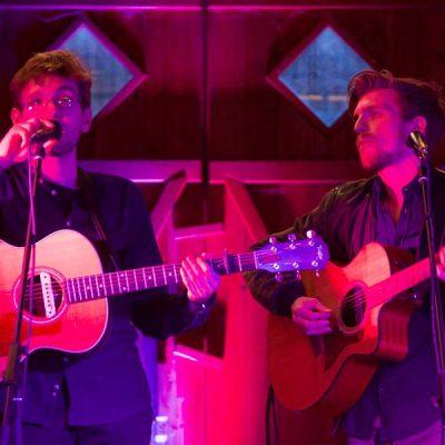 Zwei Jungs mit Mikrofon und Gitarre auf dem Gallhof