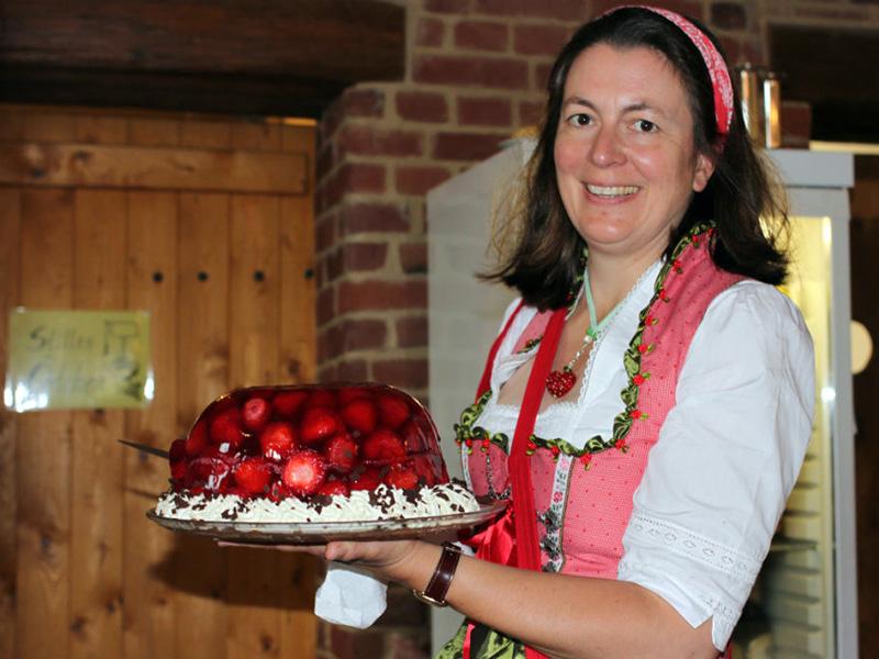 Silke v. Mansberg mit Erdbeertorte