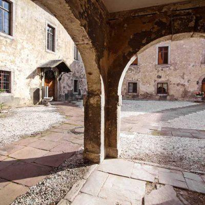 Blick aus einem Säulengang heraus auf den Innenhof von Rittergut Lucklum