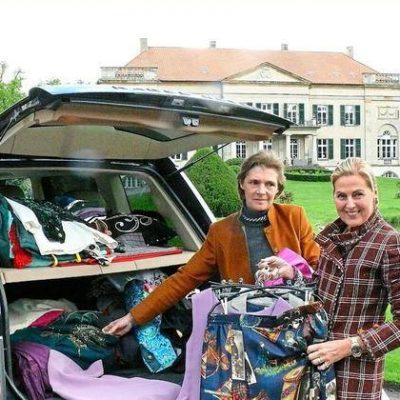 Freifrau v. Korff am Auto vor Kulisse von Schloss Harkotten