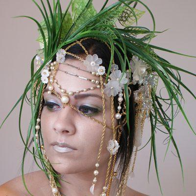 Frauenkopf mit künstlerischem Kopfschmuck